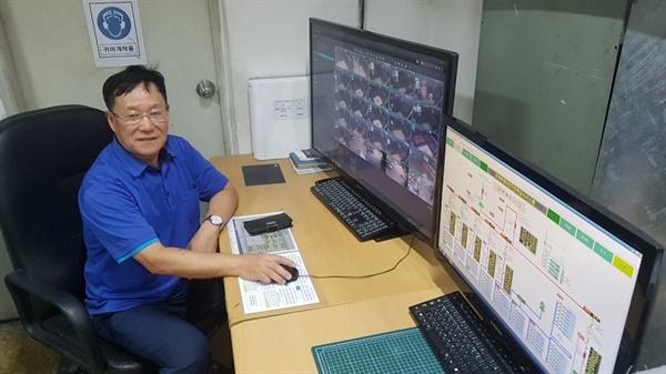 서울북부기술교육원 바이오메디텍 과정을 거친 전정남씨가 2일 서울 상계주공2단지 아파트 전기실에서 승강기와 전력설비를 모니터하고 있다.
