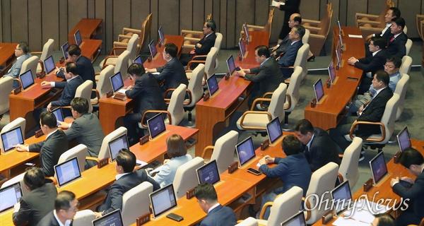 자유한국당 의원들이 3일 오전 서울 여의도 국회에서 열린 본회의에서 이인영 원내대표의 교섭단체 대표연설을 지켜보고 있다.