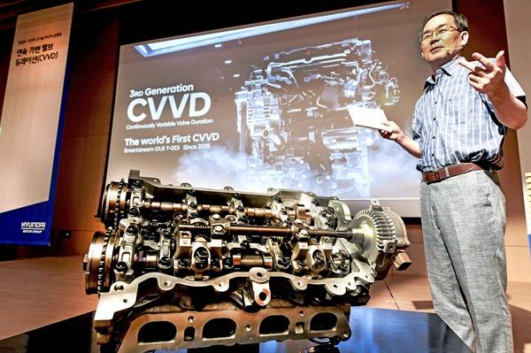 현대자동차와 기아자동차가 자동차 엔진의 출력과 연비 등 종합적인 성능을 높여주는 연속 가변 밸브 듀레이션(CVVD) 기술을 세계 최초로 개발했다. 사진은 3일 현대모터스튜디오 고양에서 열린 기술설명회에서 CVVD 기술을 처음 고안한 현대자동차 하경표 연구위원이 설명하는 모습.