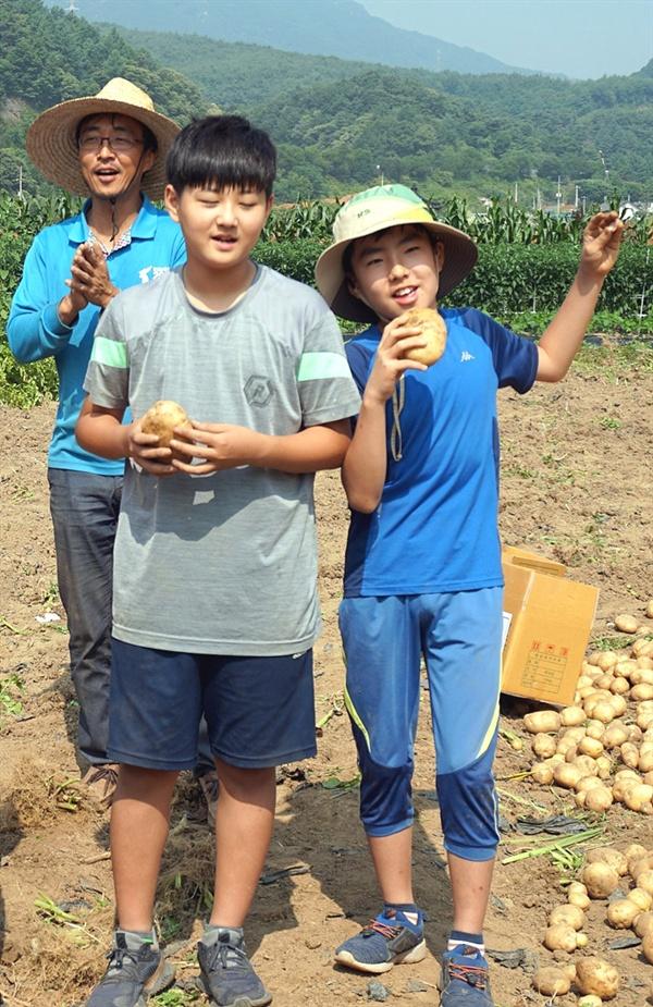 감자, 감자, 왕감자 정말 좋아요오옹~ 감자 수확을 마친 대가초등학교 어린이들을 대표해 6학년 정하선 어린이와 5학년 유한결 어린이가 북한 동요인 대홍단 감자 노래를 부르고 있다.