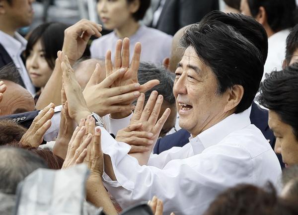 아베 신조(安倍晋三) 일본 총리가 4일 참의원 선거가 고시된 가운데 후쿠시마(福島)현 후쿠시마시에서 첫 유세에 나서 지지자들과 인사하고 있다.