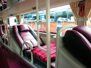 베트남 슬리핑버스는 1층과 2층의 복층구조로 되어 있으며 다리를 쭉 펴고 누워 갈 수 있는 1인용 배드가 놓여있다