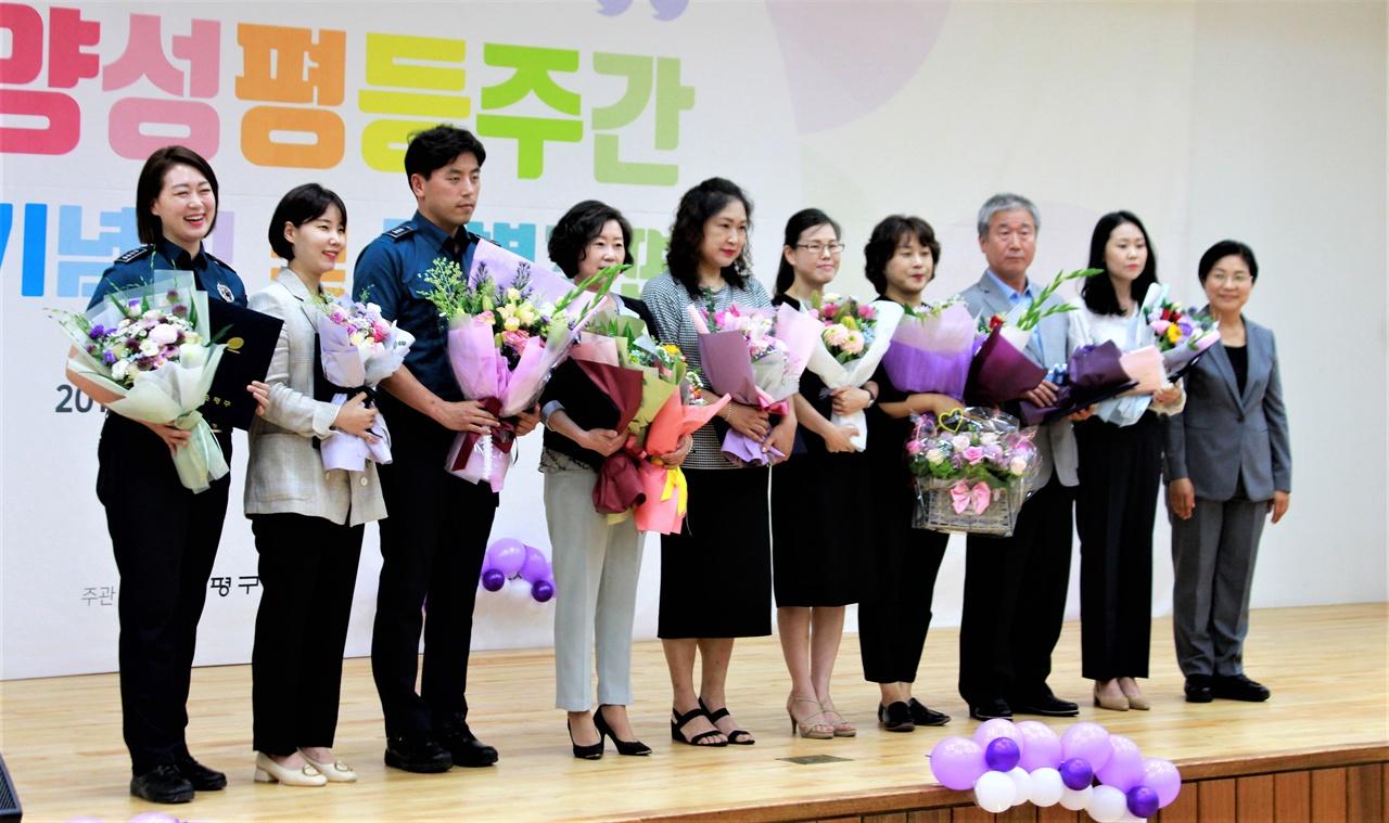 양성평등주간 기념식에서 수상자들이 기념사진을 촬영하고 있다.