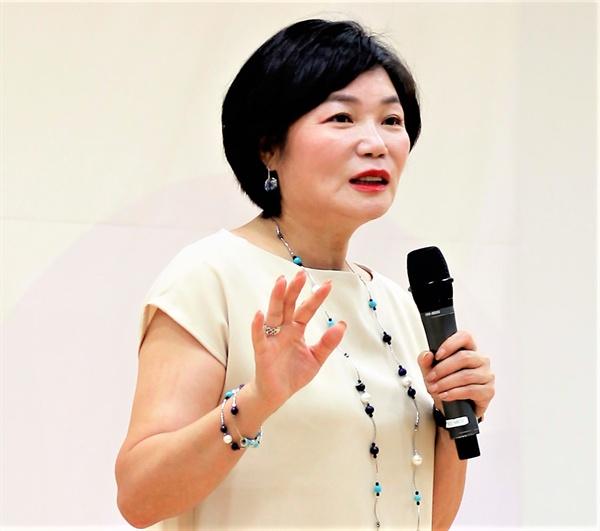 양성평등주간 기념식에서 김미경 강사가 강연하고 있다.