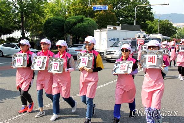 """경남학교비정규직연대회의는 7월 4일 오후 경남도교육청 앞 도로에서 """"총파업 대회""""를 열었다."""