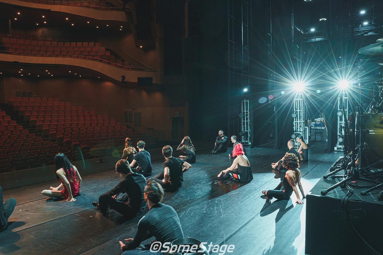 <번 더 플로어> 백스테이지 투어 중 한 장면. 댄서들이 웜업을 하고 있다.