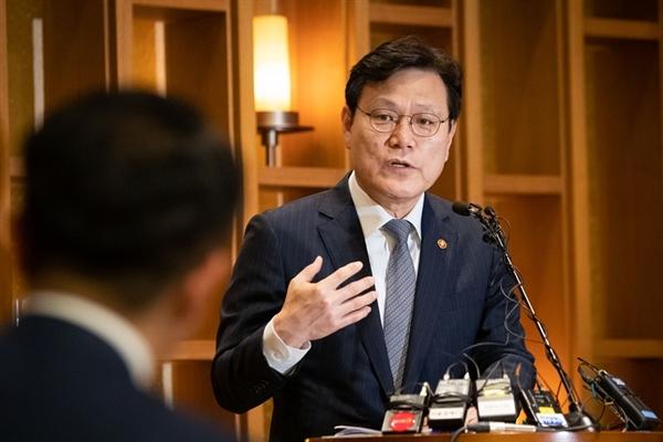 5일 최종구 금융위원장이 서울 종로구 정부서울청사 인근에서 열린 출입기자단 간담회에서 질문에 답하고 있다.