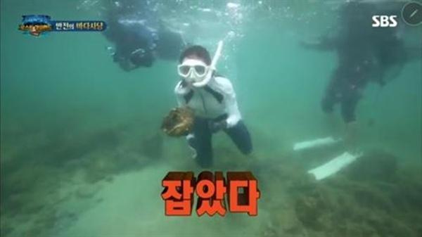 SBS 예능 <정글의 법칙>의 한 장면.