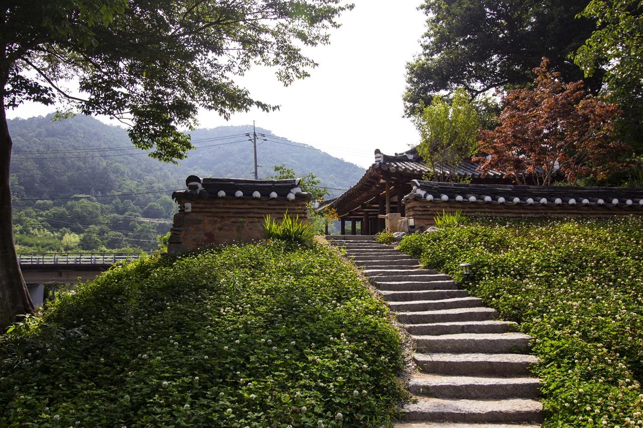 언덕 위에 아담한 한옥 난파정 난파(蘭坡)는 정석진의 호로 '난이 가득 피어있는 가파른 언덕'을 의미한다.