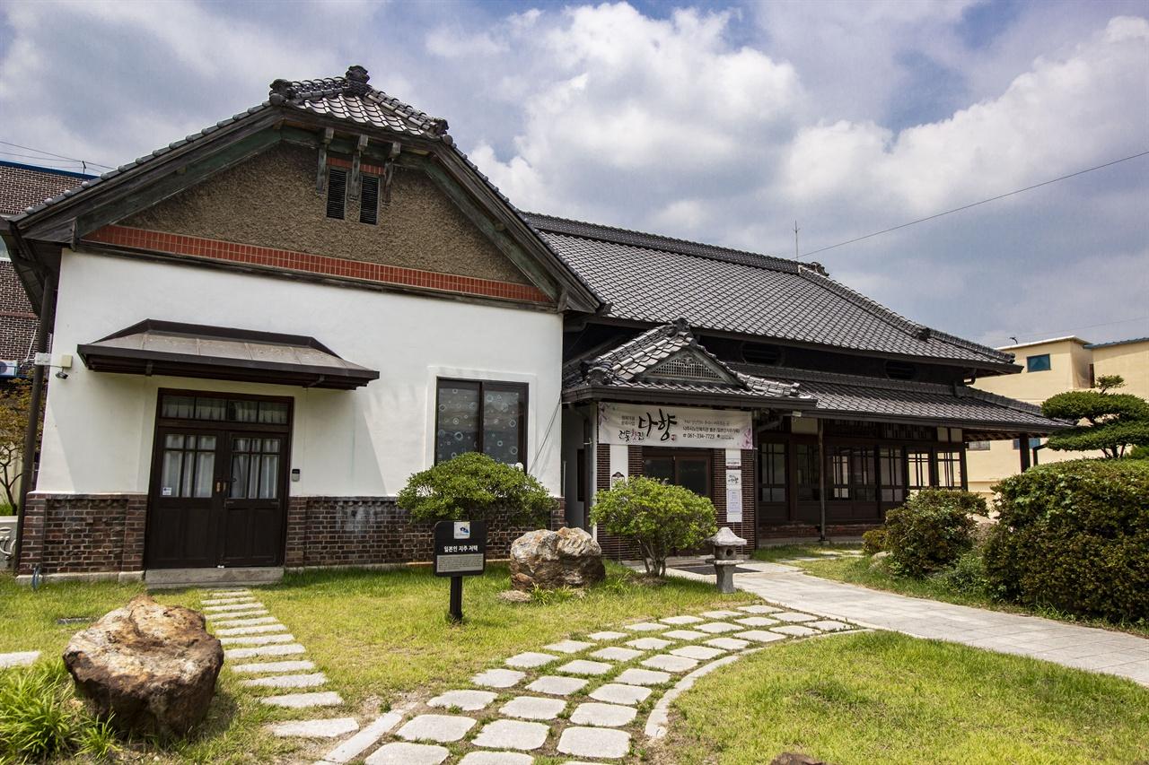 일본인지주가옥  영산포 원정(元町) 안쪽의 널찍한 마당과 정원, 청기와로 구성된 2층 적산가옥이다.