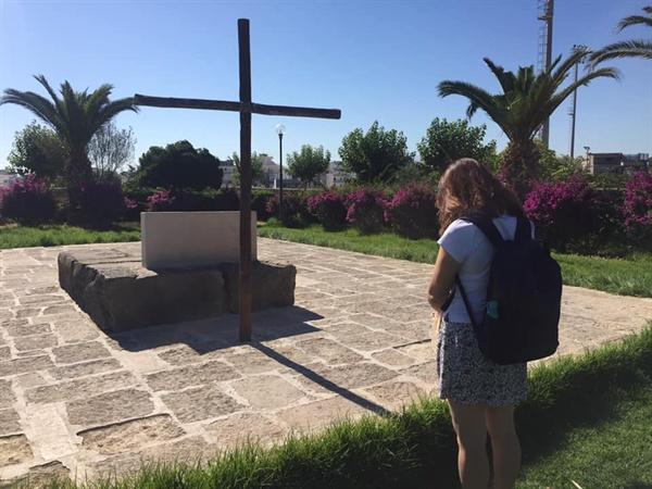 카잔차키스 무덤 앞에서  카잔차키스 무덤 앞에서 잠시 묵념했다.