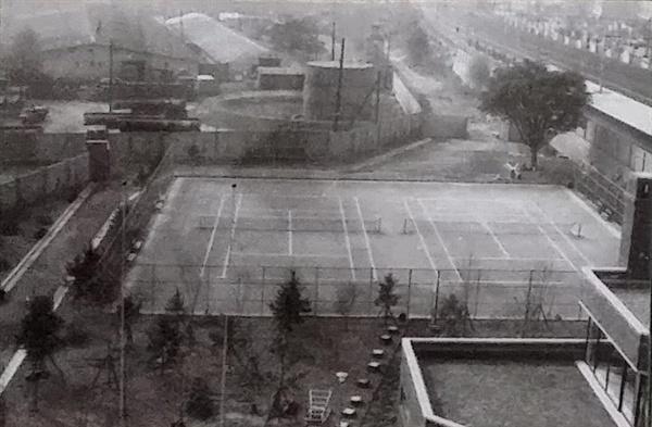 남영동 대공분실 5층 조사실에서 내려다본 테니스장 영화 <1987>에도 등장하는 테니스장은 5층 조사실에서 고문을 일상 업무로 하는 고문경관들이 체력단련과 여가생활을 즐기던 장소이다.