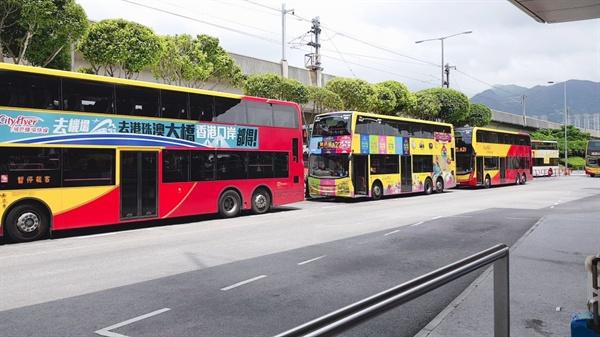 차양과 전광판이 없이 하염 없이 기다려야 하는 홍콩의 버스 정류장