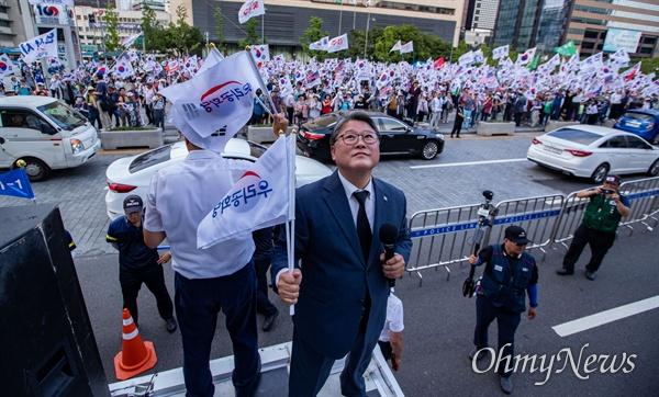 우리공화당 조원진 공동대표가 6일 오후 서울 광화문광장에서 태극기 집회를 마친 후 천막설치에 성공하고 미소를 짓고 있다.