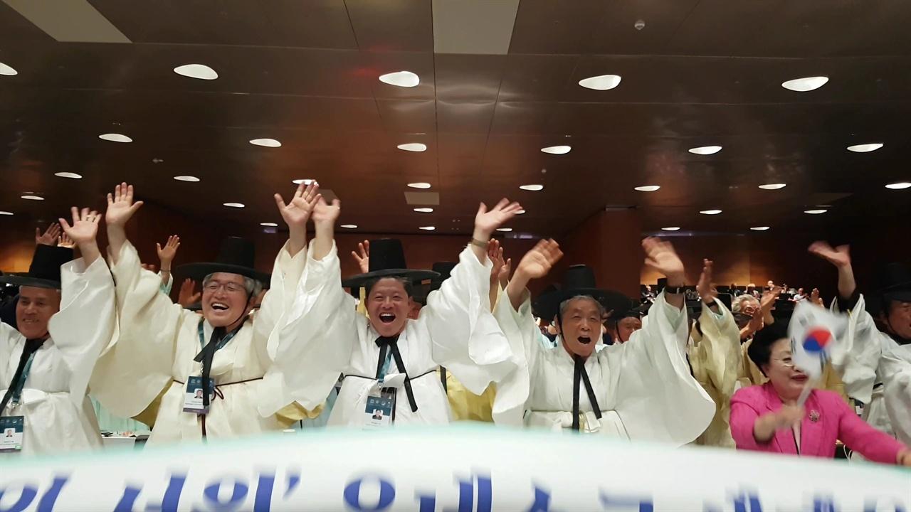 '한국의 서원' 세계유산 등재를 기뻐하는 서원 유사들 6일 오후 (현지시각) 아제르바이잔 바쿠에서 열린 제43차 세계유산위원회에서 '한국의 서원'이 세계유산으로 등재되자 서원 유사들과 관계자들이 기뻐하고 있다.