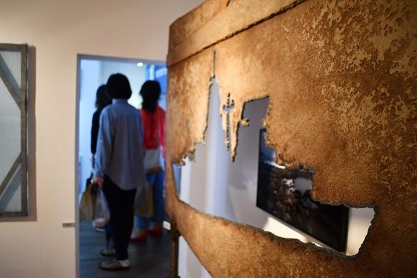 .평화바람 부는 여인숙'에는 최병수 작가가 구럼비에 설치했던 설치작품 '이지스함'도 재현해 놓았다.