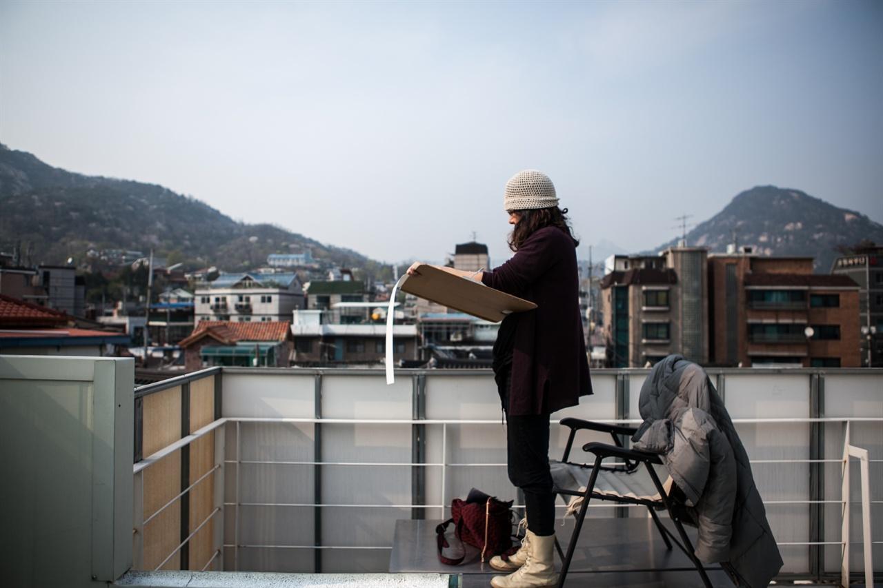 그림 작업에 몰두하는 김미경 옥상화가