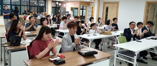 6일 오후 장교조 창립 총회에 참석한 장애인 교사들. 책상 위에 놓여 있는 것이  '한소네'다.