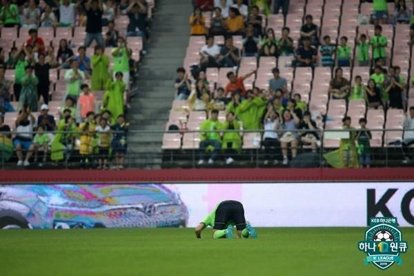 김신욱 김신욱이 성남전에서 선제골 이후 홈팬들에게 절을 올리고 있다.