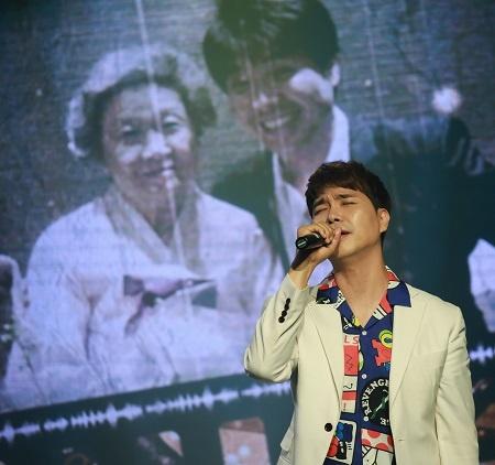 방송인 박수홍 방송인 박수홍이 작곡한 '그녀에게' 노래를 부르고 있다.