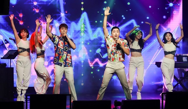 박수홍과 손현수 박수홍의 콘서트에 개그맨 손현수가 게스트로 참여했다.