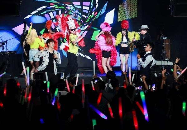 형광봉 열광 박수홍 빠숑 콘서트에 온 관객들이 형광봉을 흔들면서 열광하고 있다.
