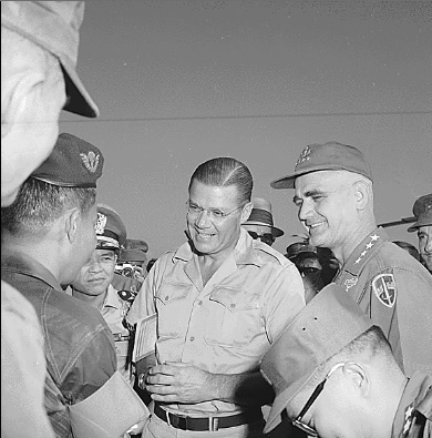 1965년 남베트남을 방문한 맥나마라 국방장관(중앙).
