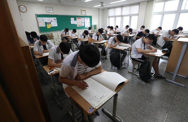 2020학년도 대학수학능력시험 6월 모의평가가 실시된 4일 오전, 대구 경북고등학교에서 수험생들이 시험을 치르고 있다. 이번 시험은 전국 2053개 고등학교와 425개 지정학원에서 동시에 치러진다. 6월 모의고사에 응시한 수험생은 54만183명이고 오는 11월에 실시될 2020학년도 수능시험과 시험의 성격, 문항 수 등은 동일하다. 2019.6.4