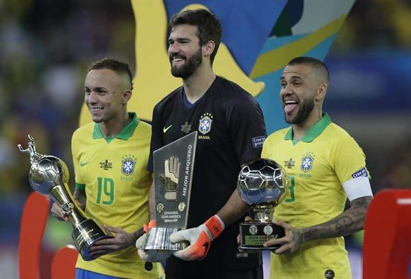 브라질이 2019년 7월 7일(한국시간) 브라질에서 열린 2019 코파 아메리카 결승전에서 페루를 3-1로 꺾고 우승을 차지했다. 시상식 직후 브라질의 에베르통(왼쪽)이 최다득점자 트로피를, 알리송(가운데)이 최우수골키퍼 트로피를, 다니 알베스(오른쪽)가 최우수선수상 트로피를 각각 들고 있다.