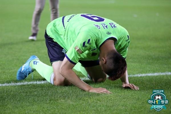 2019년 7월 7일, 전주월드컵경기장에서 열린 K리그1 전북 현대와 성남 FC의 경기. 전북이 승리한 후 전북 김신욱이 관중들을 향해 절하고 있다.