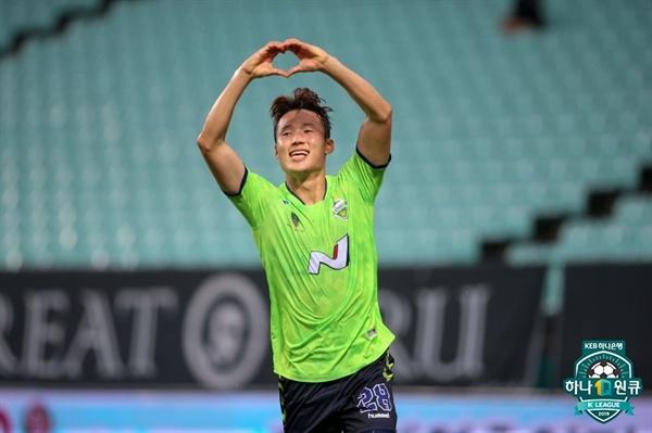 2019년 7월 7일, 전주월드컵경기장에서 열린 K리그1 전북 현대와 성남 FC의 경기. 전북이 승리한 후 전북 손준호가 득점 후 세리머니하고 있다.