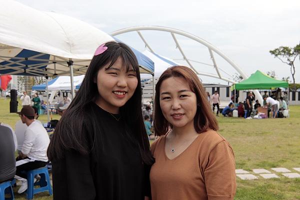 몽골에서 초등학교를 마치고 전남 광양에 있는 광영중(3년)학교에 다니는 김가연(왼쪽)양과 광양에서 부부가 10년이상 일하고 있다는 김양의 어머니(오른쪽)가 나담축제 중 포즈를 취해줬다