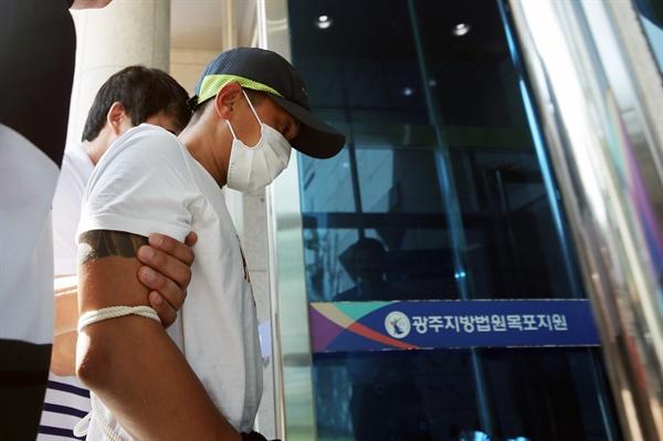 베트남인 아내를 폭행한 혐의를 받고 있는 남편 A(36)씨가 8일 광주지법 목포지원에서 열린 구속 전 피의자 심문(영장실질심사)을 받고 돌아가고 있다.