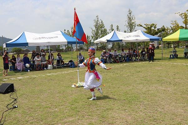 몽골전통 춤을 추는  여성. 말타는 모습을 표현한 몽골전통 민속춤이라고 한다