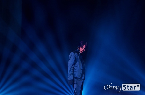 하성운, 푸른 희망을 찾아 가수 하성운이 8일 오후 서울 광장동의 한 공연장에서 열린 두 번째 미니앨범 < BXXX > 발매 쇼케이스에서 타이틀곡 'BLUE'를 선보이고 있다. 가수 하성운이 전반적인 앨범 작업과정에 모두 참여한 < BXXX >에는 타이틀 곡 'BLUE', 개코와의 깜짝 컬래버레이션으로 선 공개된 '라이딩(Riding)' 등 총 5곡이 수록돼 있다.
