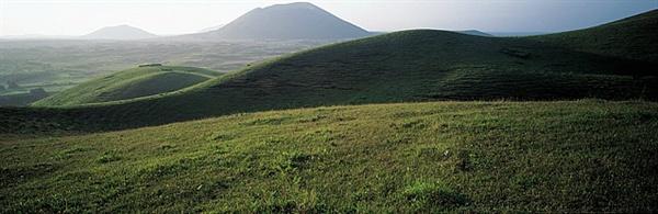 고 김영갑 사진작가 사진 속 용눈이오름. 용눈이오름 뒤쪽 가운데는 다랑쉬오름이다.