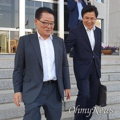 박지원 민주평화당 의원이 8이 ㄹ오후 윤석열 검찰총장 후보자 인사청문회의 오후 질의를 마친 후 국회 본청을 떠나다가 황교안 자유한국당 대표와 만나 인사를 나누고 있다.