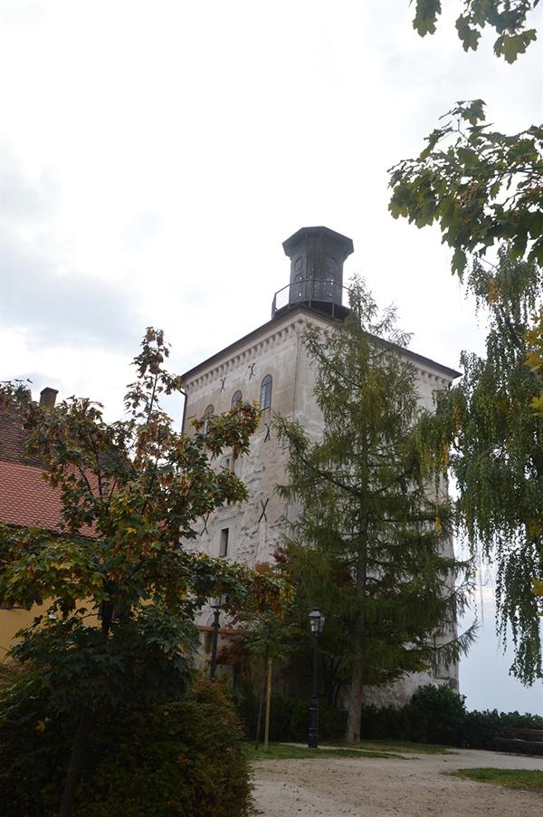로트르슈차크 타워. 정오마다 울리는 타워의 대포 소리는 자그레브를 상징하는 소리이다.