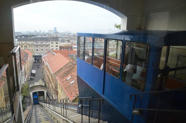 자그레브 푸니쿨라. 세계에서 가장 짧은 푸니쿨라이지만 역사적 향취가 느껴진다.