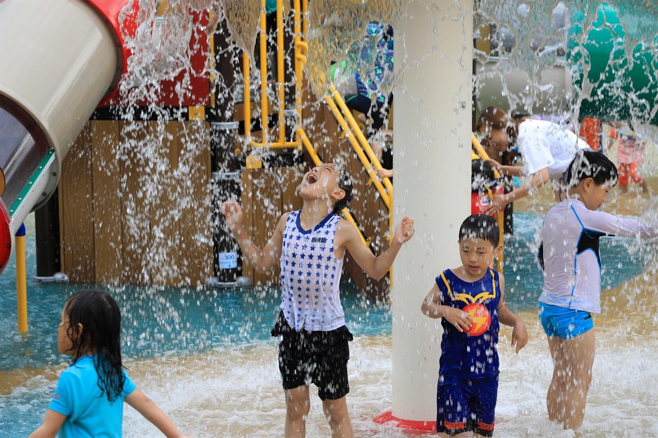 고래불야영장에 설치된 물놀이장에서 즐거운 시간을 보내는 아이들.