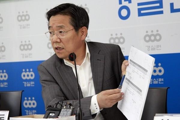 김헌동 경제정의실천시민연합 본부장이 9일 서울 종로구 경실련 강당 기자회견에서 발언하고 있다.