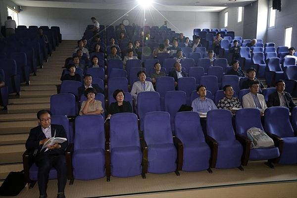 제주대학교에서 열린 제10회 전국해양문화학자대회 (7.4~7.7)에 참가한 학자들이 토론을 듣고 있다