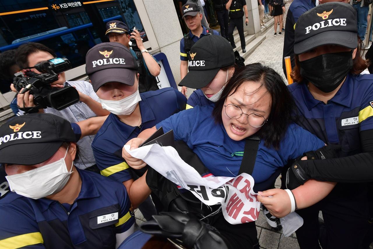 """한국대학생진보연합 소속 대학생 20여명이 9일 오후 1시경 서울 중구 명동역 인근 빌딩에 입주해 있는 일본 '미쓰비시 그룹' 계열사의 사무실을 기습적으로 점거해 """"미쓰비시 강제징용 사죄"""", """"철저히 배상"""", """"일본 식민지배 사죄"""", """"경제보복중단""""을 요구하며 항의 시위를 벌이다 경찰에 강제 연행되고 있다. 2019.7.9"""