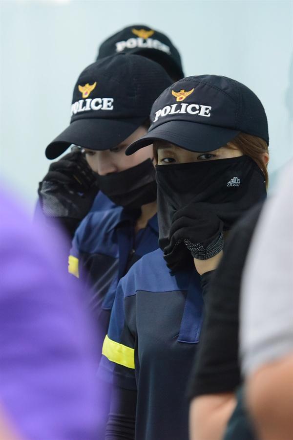 9일 오후 1시경 서울 중구 명동역 인근 빌딩에 입주해 있는 일본 '미쓰비시 그룹' 계열사의 사무실을 기습적으로 점거한 대학생들 연행하기 위해 대기중인 경찰관. 2019.7.9