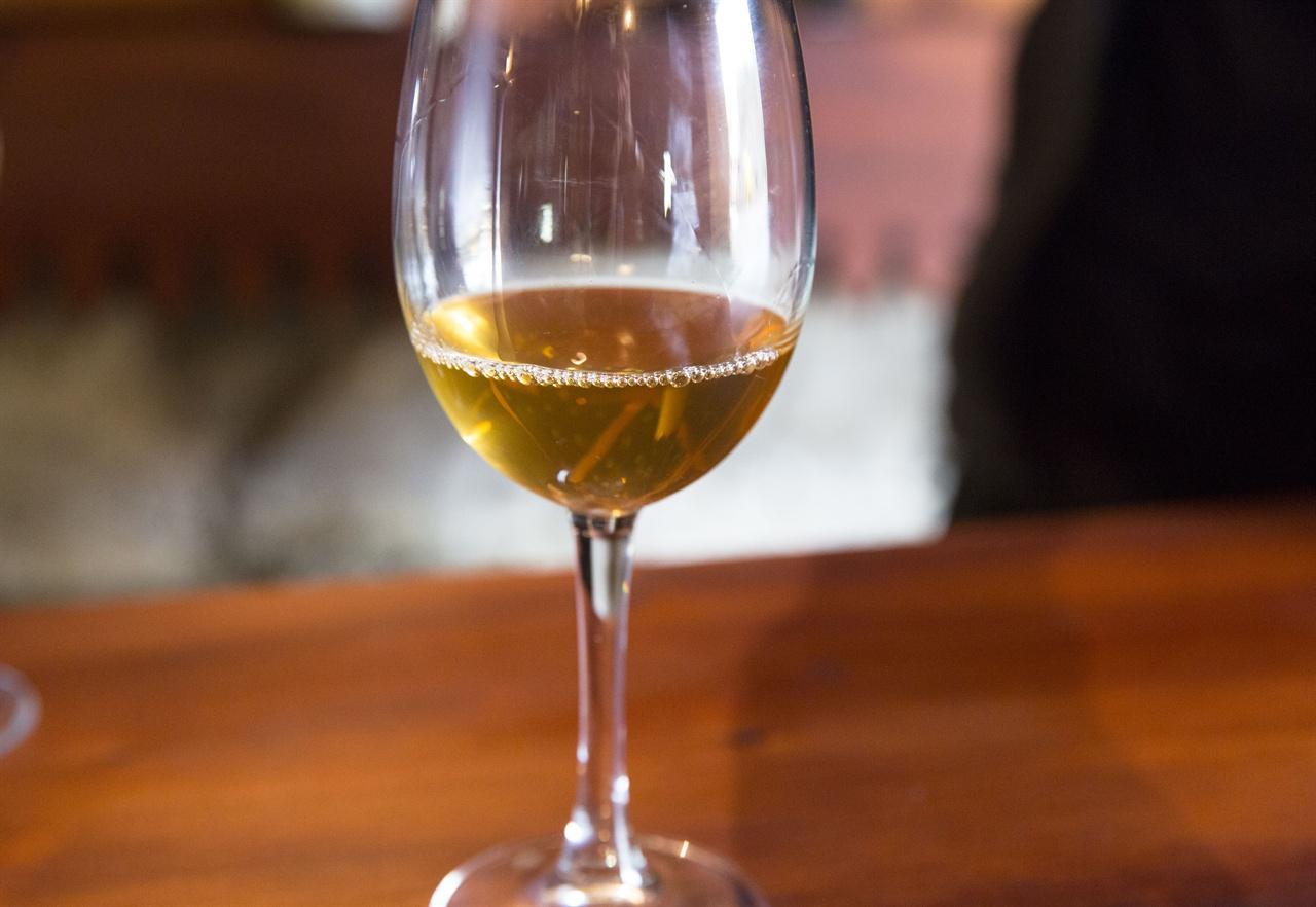 조지아의 크베브리 와인   전통크베브리 양조기법으로 만든 조지아 크베브리 와인은 호박색을 띠며, 씨와 포도줄기에서 나온 성분들이 어우러져 독특한 맛과 향을 낸다.  크베브리와인은 모두 화이트와인이다.