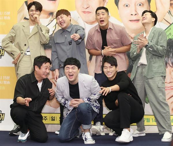 예능 장인들이 한자리에 9일 오후 서울 마포구 스탠포드 호텔에서 열린 XtvN 신규 예능 '플레이어' 제작발표회에서 방송인 이수근(앞줄 왼쪽 첫번째)과 김동현, 황제성, 이이경 등 출여진들이 포즈를 취하고 있다.