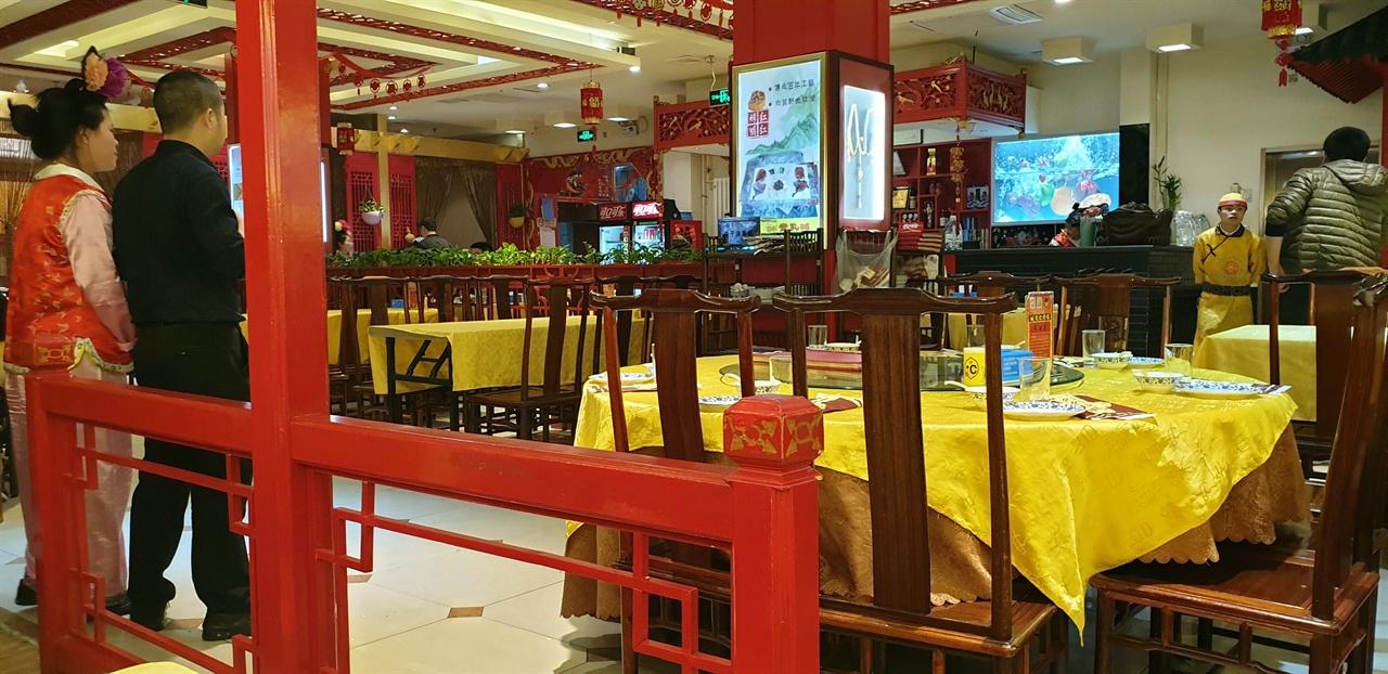 식당 종업원은 청나라 시대 복장을 하고 있어 여행의 마무리를 하는 장소로 제격이었다. 여행을 무사히 마친 안도감과 분위기에 취해 주머니를 다 털었다.