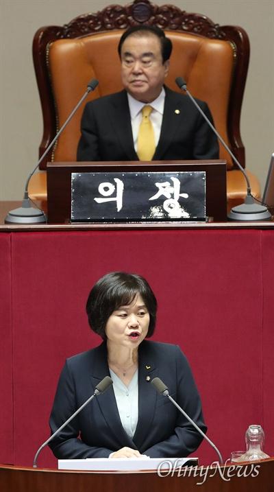 이정미 정의당 대표가 10일 오후 서울 여의도 국회 본회의장에서 비교섭단체 대표연설을 하고 있다.