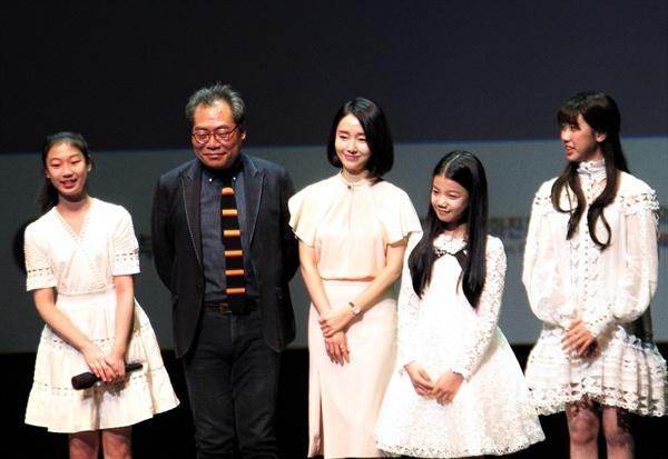 14회 부산국제어린이청소년영화제 개막식을 찾은 배우 이정현과 영화제 심사위원으로 참여하는 아역배우들