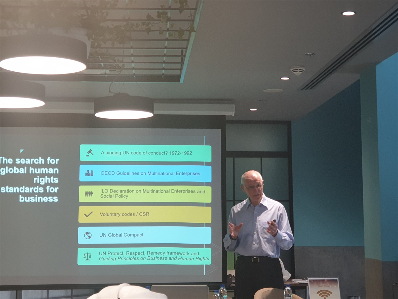 인권 경영과 이주노동자의 권리 인권 경영과 이주노동자의 권리에 대해 국제 기준과 원칙들을 제시하며 강의하고 있는 폴 레드몬드 교수